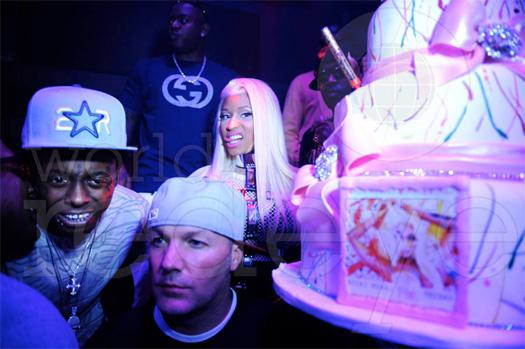 Nicki Minaj comemora lançamento do álbum com Lil Wayne e outros em LIV